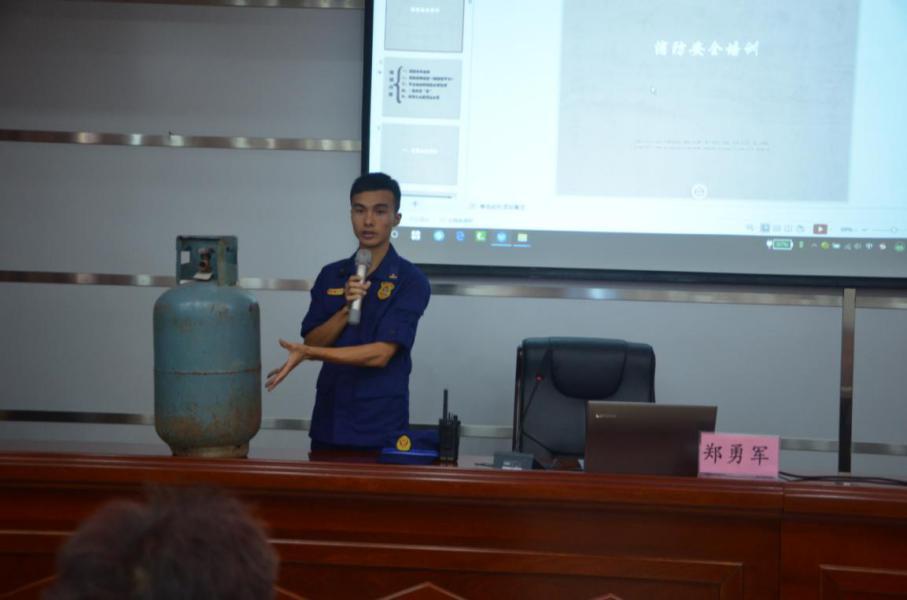 美兰区消防中队郑先勇副中队长讲解家用液化气罐着火如何处理.png